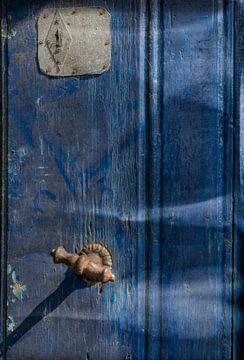 Alte Tür in Denim-Blau von Ellen Driesse