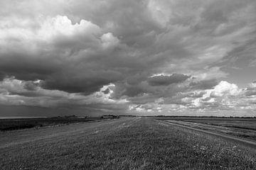 Wolken am Deich von Rolf Pötsch