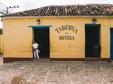 Cubaanse kok in de deuropening van zijn restaurant in Trinidad de Cuba van Michiel Dros