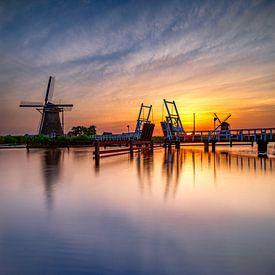 Windmolen en ophaalbrug bij zonsondergang van Rene Siebring