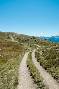 Weg over een berg met blauwe lucht