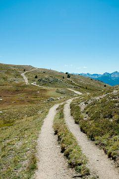Weg over een berg met blauwe lucht van Jacqueline Groot