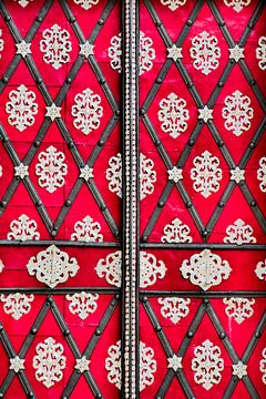 Prag - Tür rot - weiß von Wout van den Berg