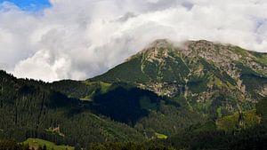 Panorama uitzicht op de Duitse Alpen berg Nebelhorn in Beieren vanuit een dorp in de Allgau.