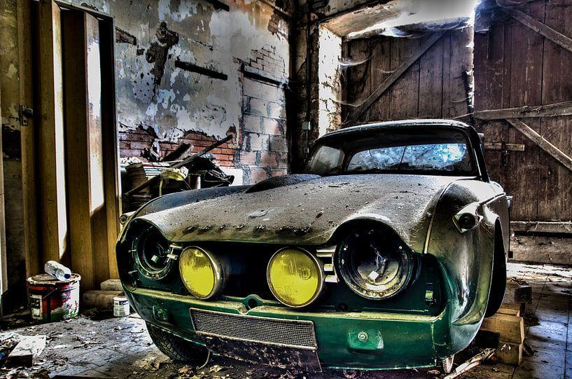 Een verlaten Triumph in een schuur in Frankrijk RawBird Photo's Wouter Putter van Rawbird Photo's Wouter Putter