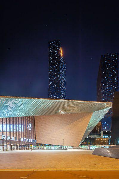 Rotterdam Centraal met de Delftse Poort (staand) van John Verbruggen