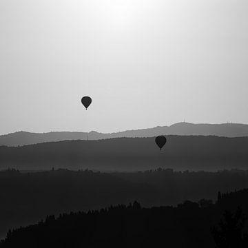 Ballonvaart in de vroege ochtend in Toscane bij tegenlicht van John Trap