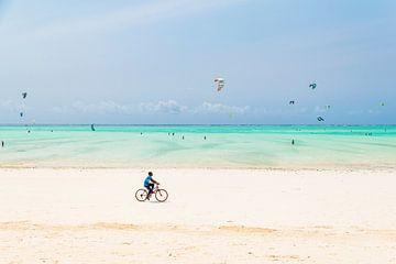 Radfahren an den weißen Stränden Sansibars in Afrika von Diane Bonnes