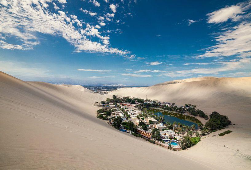Woestijn Oasis in Huacachina, Peru van Bart van Eijden