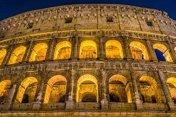 Het grote Roman Colosseum en zijn bogen bij nacht in Rome - Italië van Castro Sanderson