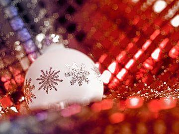 Kerstboombal in glanzende omgeving van Achim Prill