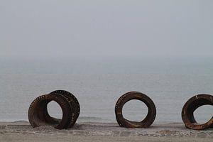 Roestig metaal aan een rustige zee van Marit Visser