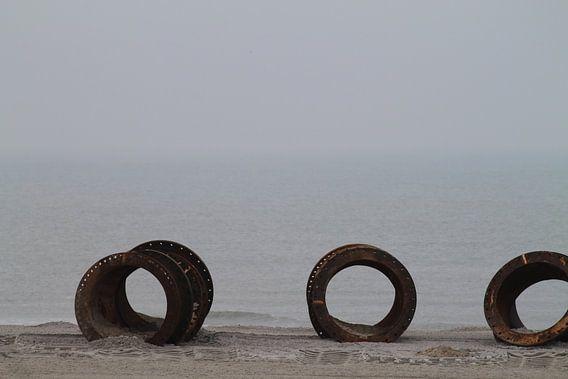 Roestig metaal aan een rustige zee