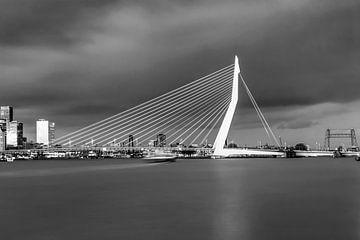 Die schöne und beeindruckende Skyline von Rotterdam in schwarz-weiß von Miranda van Hulst