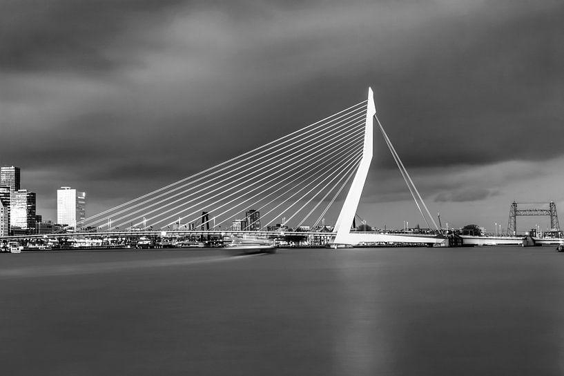 La belle et impressionnante ligne d'horizon de Rotterdam en noir et blanc sur Miranda van Hulst