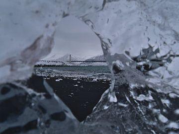 Hangbrug in het ijs van Timon Schneider