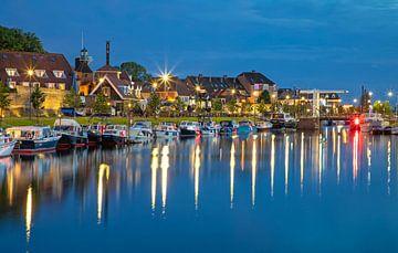 Harderwijk während der blauen Stunde. von Justin Sinner Pictures ( Fotograaf op Texel)