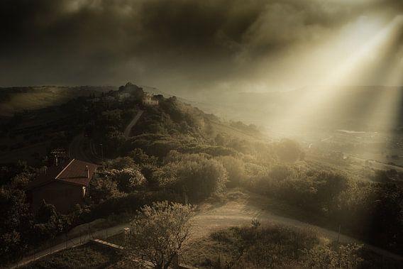 Sfeervol licht op de heuvels van Le Marche in Italië