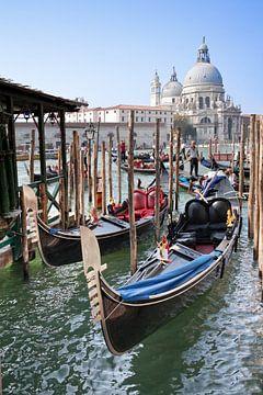 De gondel, toeristisch beeld van Venetië, Italie. von Arie Storm