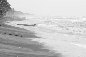 Verlaten strand van Jolanda van Straaten