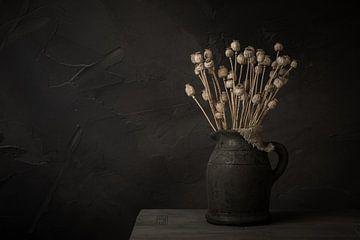Stilleben mit getrockneten Mohnblumen in einem Steingefäß von Mayra Pama-Luiten