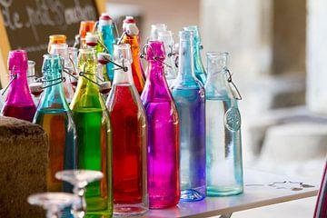 Gekleurde flessen van Jolanda van Eek