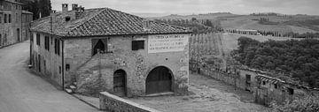 Monochrome Toskana im Format 6x17, Lucignano d'Asso von Teun Ruijters