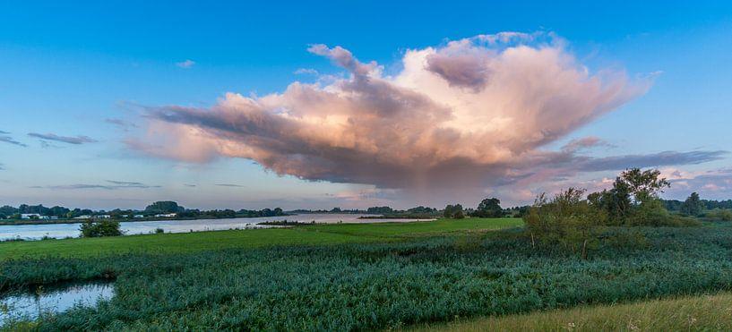 Regenwolk drijft aan de overzijde van de Lek van Stephan Neven