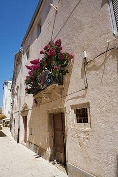 Maison avec balcon dans la vieille ville de Rab en Croatie