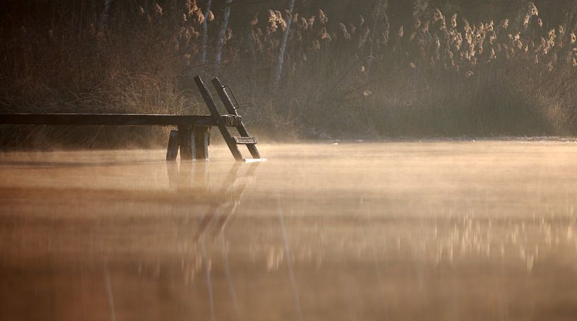 Holzsteg im Wasser van Jana Behr