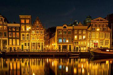 Amsterdamer Häuser an der Amstel in der Abenddämmerung von Nisangha Masselink