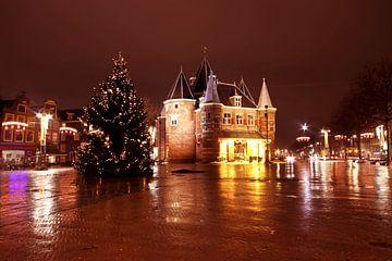 Kerstmis op de Nieuwmarkt bij nacht in Amsterdam van