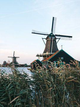 Deux moulins à vent néerlandais sur l'eau à Zaanse Schans juste après le coucher du soleil pendant l sur Michiel Dros