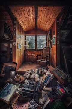 Een verlaten boerderij met een overvolle zolder von Steven Dijkshoorn