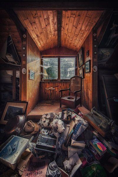 Een verlaten boerderij met een overvolle zolder