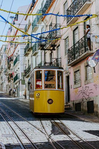 Gele tram in Lissabon van Jessica Arends