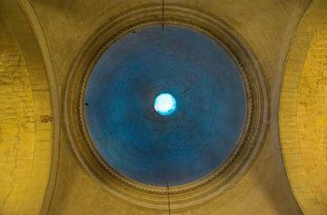 opening in de koepel van kathedraal, zicht op de hemel van Rietje Bulthuis