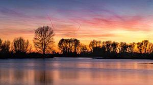 Kleurrijke zonsondergang over  de IJssel