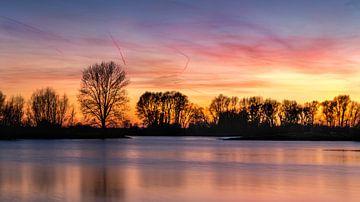 Kleurrijke zonsondergang over  de IJssel van