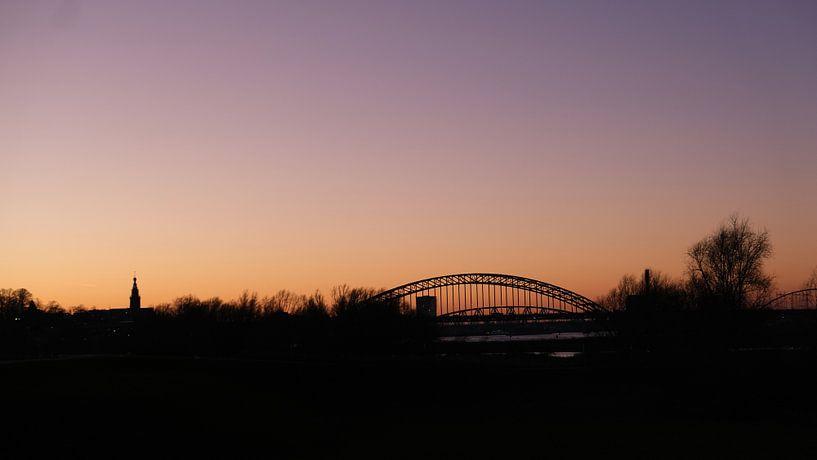 Skyline Nijmegen vanuit Ooijpolder, Nederland van themovingcloudsphotography