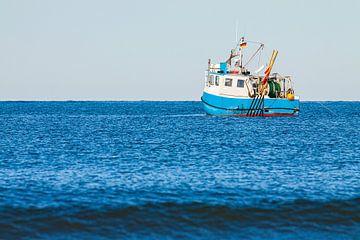 Fischerboot auf der Ostsee vor Warnemünde von Rico Ködder