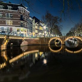 Verlichte brug Amsterdam van Ron Hoefs