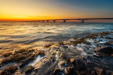 Elements (zonsopkomst bij Zeelandbrug) van Thom Brouwer