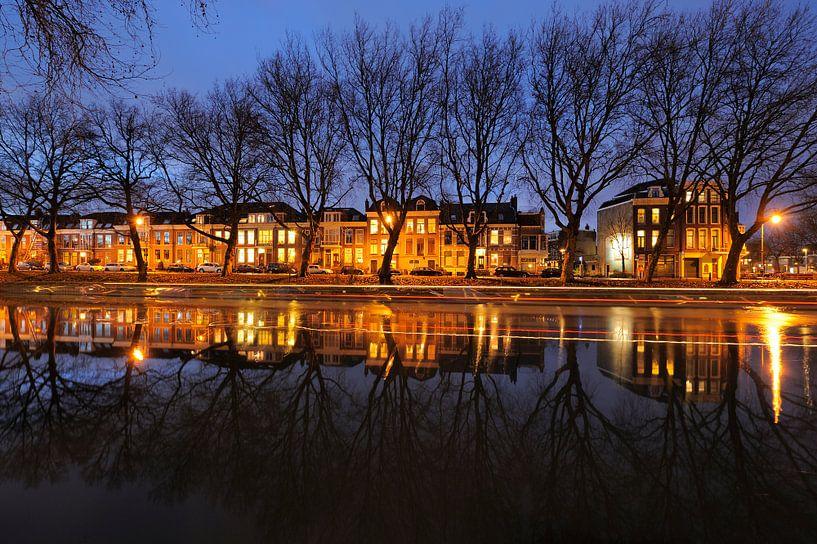 Weerdsingel Oostzijde in Utrecht tussen Hopakker en Bellamystraat met passerende rondvaartboot van Donker Utrecht