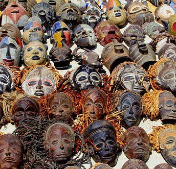 Primitieve Afrikaanse maskers, collage van Inge Hogenbijl