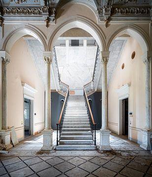 Verlassene Treppe mit Dreifachbögen.
