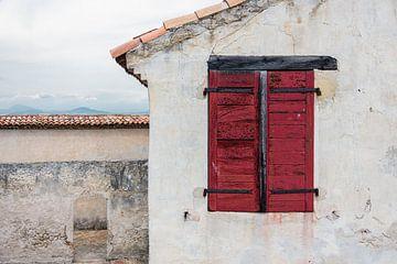 Volets rouges dans une maison méditerranéenne rustique sur Wil Wijnen