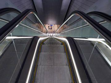 Roltrap op een station van de Noord-Zuidlijn van de Amsterdamse metro. van Gert Bunt