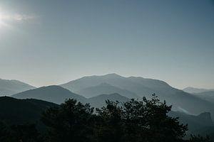 Mistige bergen tijdens zonsopgang in de Gorges du Verdon (Frankrijk) van Lauri Miriam van Bodegraven