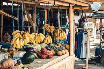 Fruitstalletje in Kuta op Lombok (Indonesië) van Expeditie Aardbol